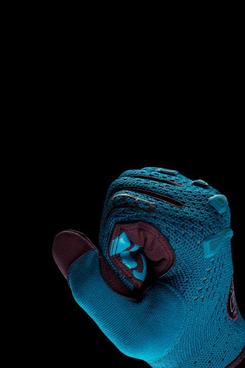 flexible Rip_Knit upper hand